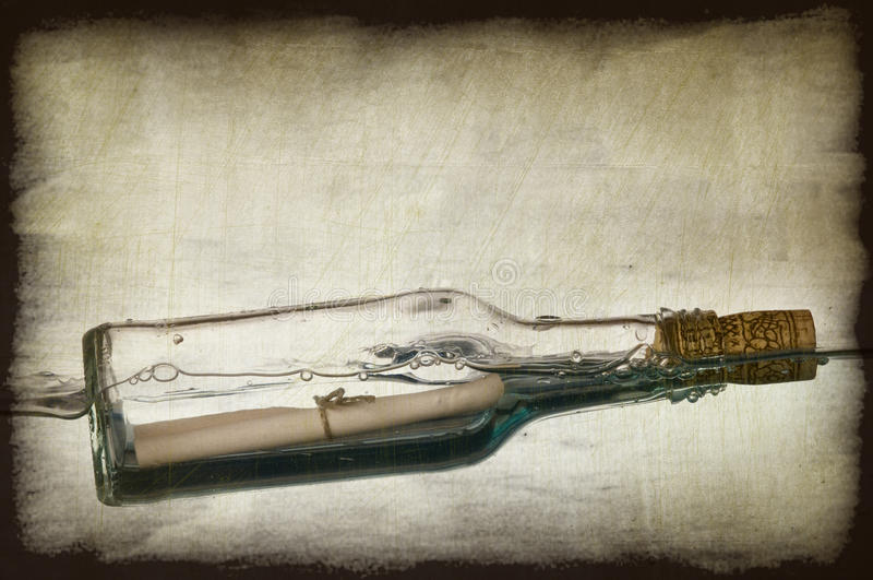 Het beeld van Grunge van bericht in een fles stock fotografie