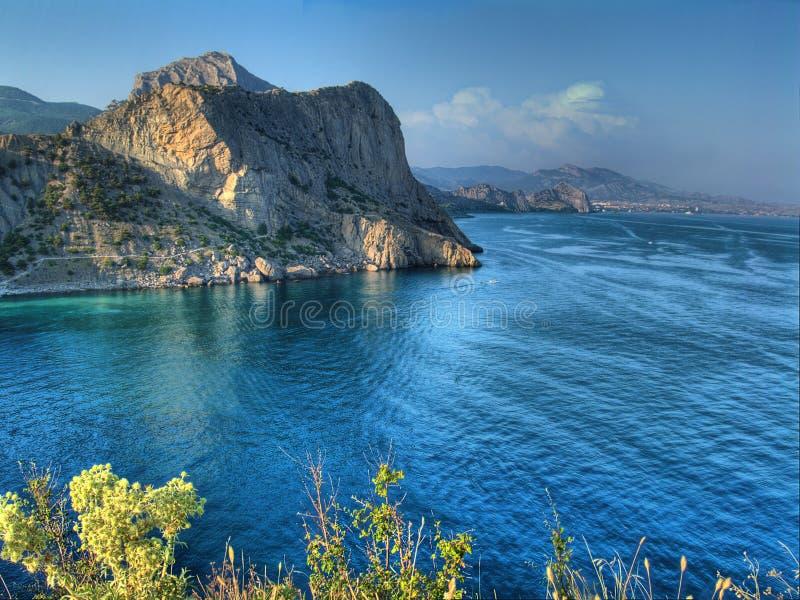 Het beeld van Hdr van overzees landschap met wolken en baai stock foto