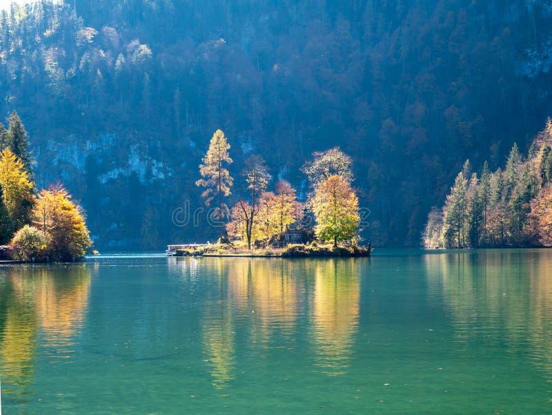 Het beeld van meerkoenigssee berchtesgarden binnen Duitsland tijdens de herfst met mooi kleurrijk bomen en eiland stock afbeelding