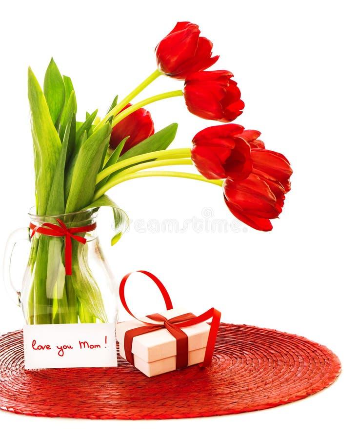 Rode tulpen met giftdoos royalty-vrije stock afbeelding