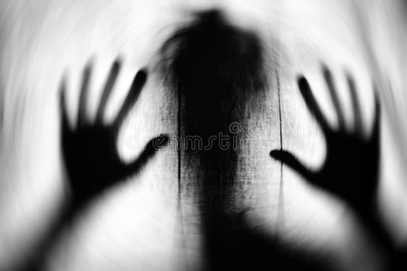 Het beeld van het motieonduidelijke beeld van spook met grote handen royalty-vrije stock afbeelding