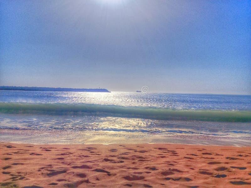 het beeld van het overzees die met een ochtendvoorbeeld wordt genomen van een overzees vulde met juwelen en gouden zand royalty-vrije stock afbeeldingen
