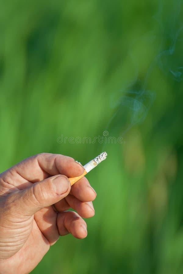 Download Het Beeld Van Sigaret Is In De Hand Stock Foto - Afbeelding bestaande uit quit, gewoonte: 29510426