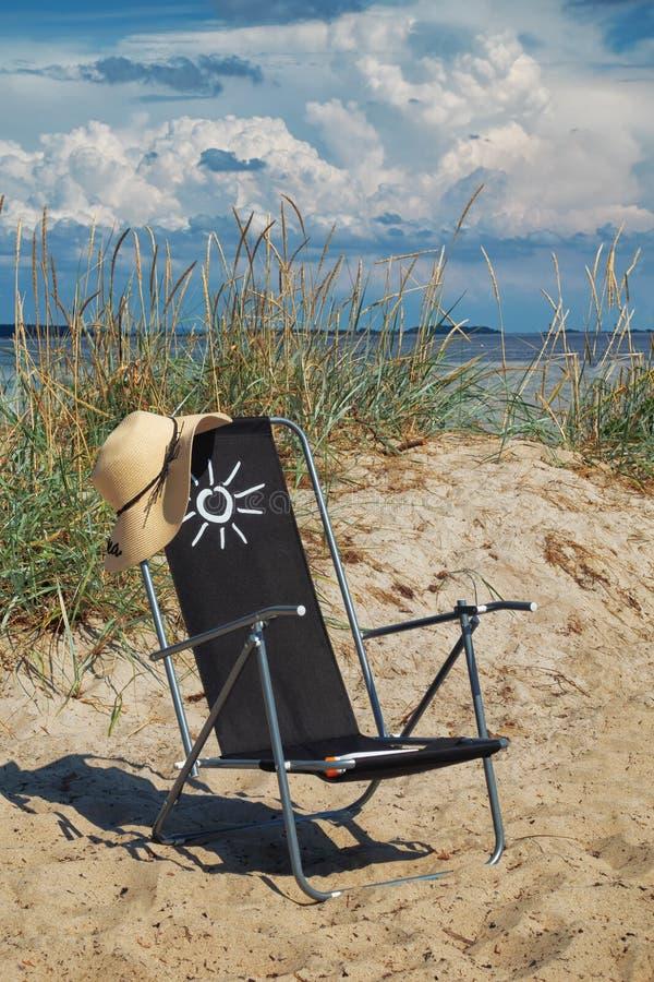 Het beeld van sunbed op het strand met mooie hemel en wolken royalty-vrije stock foto's