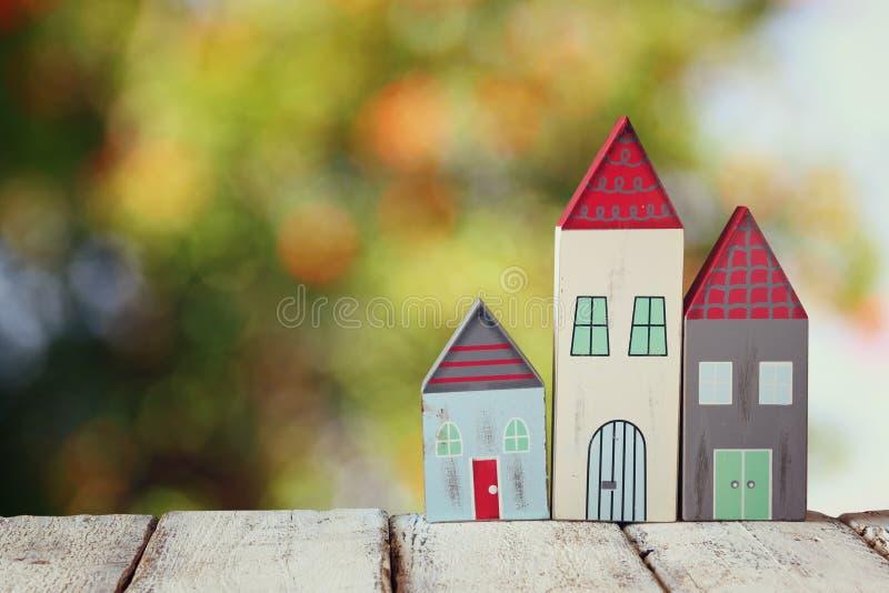 Het beeld van uitstekende houten kleurrijke huizendecoratie op houten lijst voor blured achtergrond stock fotografie