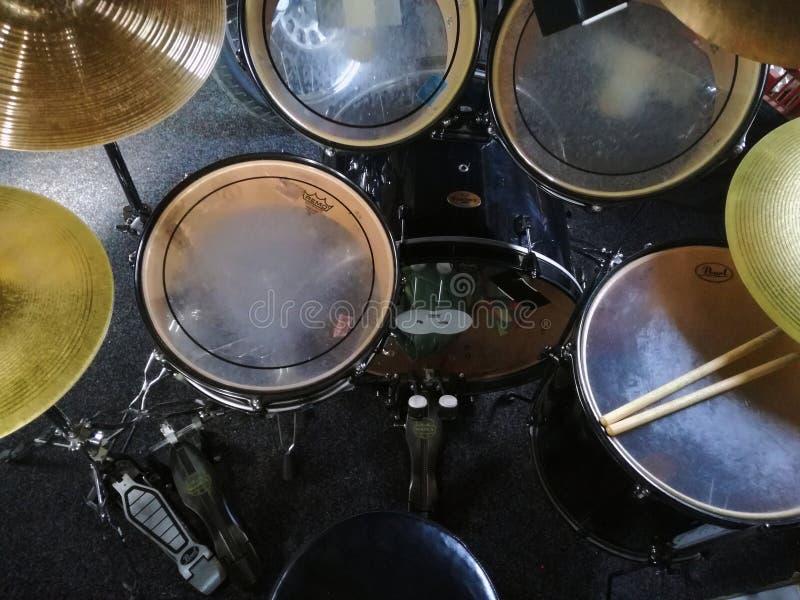 Het beeld van zwarte collored drumset van muziekruimte stock fotografie