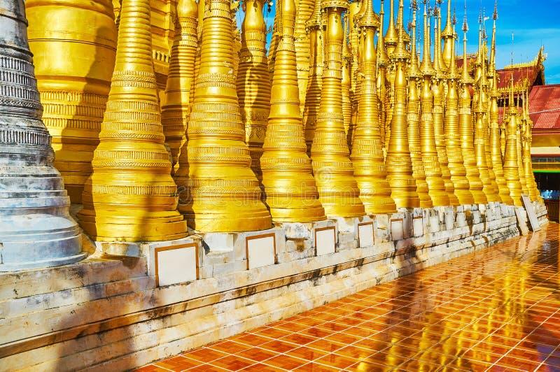Het beeldheiligdom van herbergenthein Boedha, Indein, Inle-Meer, Myanmar stock afbeelding