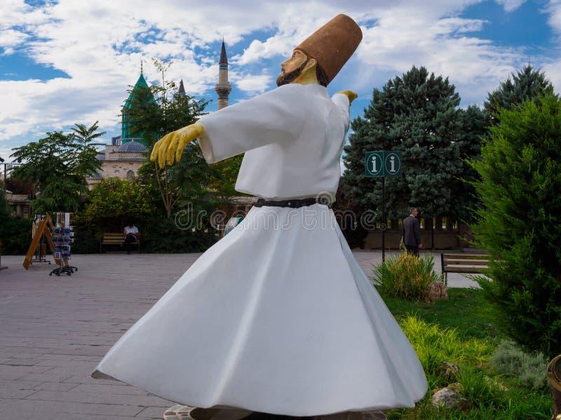 Het beeldhouwwerk die van Sufi, de wervelende derwisj van Rumi, vooraan het gebouw van de toeristeninformatie in Konya, Turkije w royalty-vrije stock afbeelding