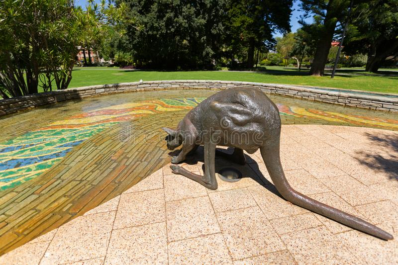 Het beeldhouwwerk drinkwater van de bronskangoeroe op St George ` s Terras royalty-vrije stock foto's