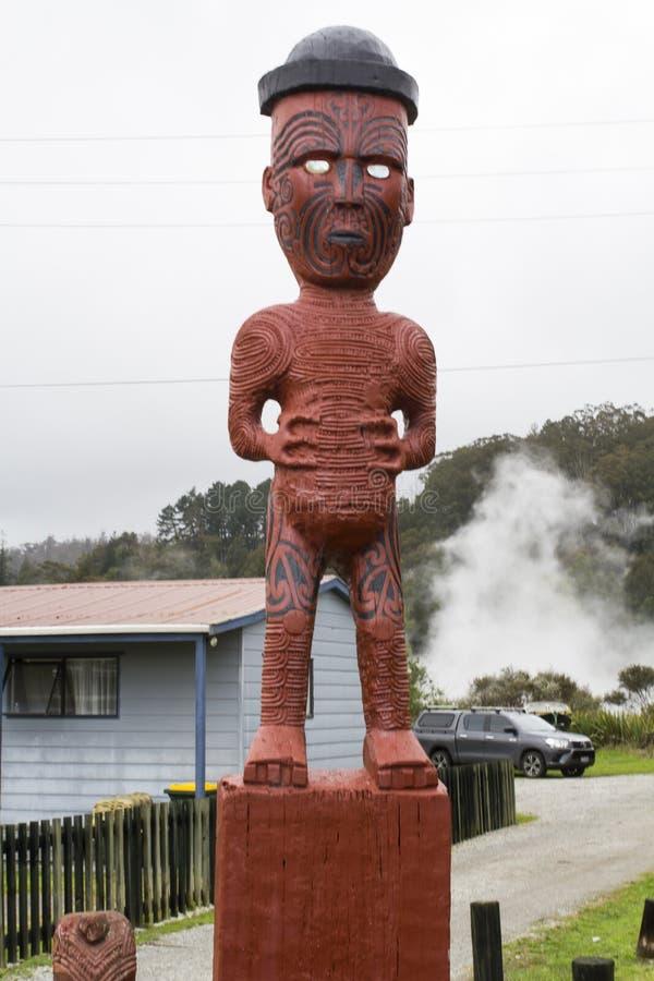 Het beeldhouwwerk en het dorpshuizen van Maori Wood Carving op achtergrond stock fotografie