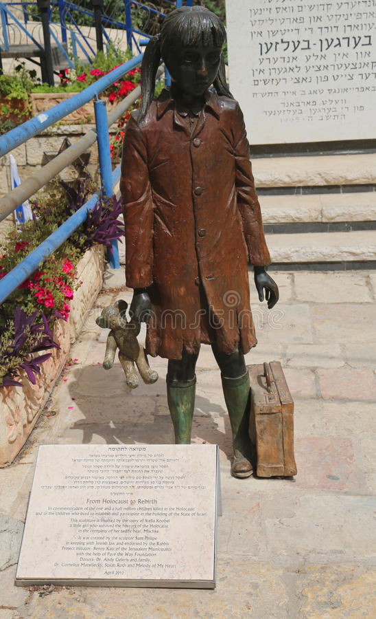 Het beeldhouwwerk in herdenking van kinderen anderhalf miljoen doodde in de Holocaust bij Kamer van de Holocaust royalty-vrije stock afbeeldingen