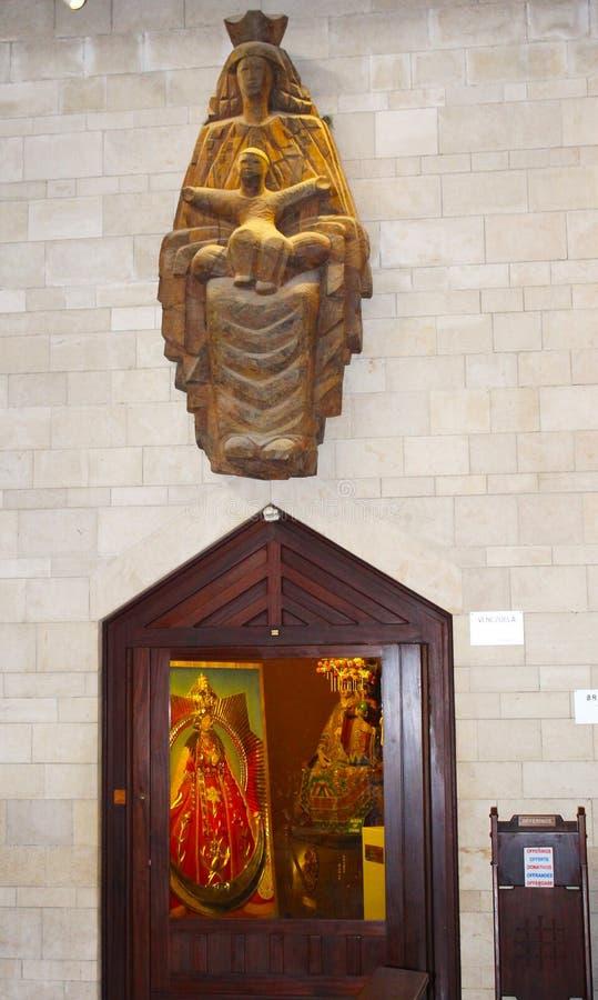Het Beeldhouwwerk Katholieke kerk van de Aankondiging in Nazareth, Izrael Binnen, artistiek en architectuurdetail royalty-vrije stock foto's