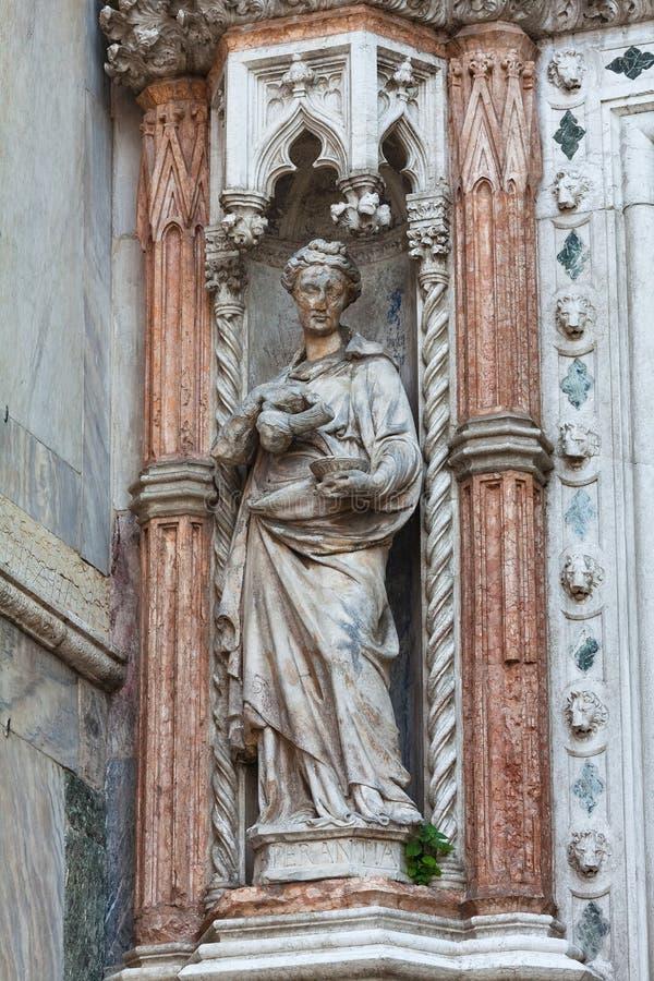 Het beeldhouwwerk van architectuurdetails bij San Marco Piazza in Venetië, Italië stock foto's