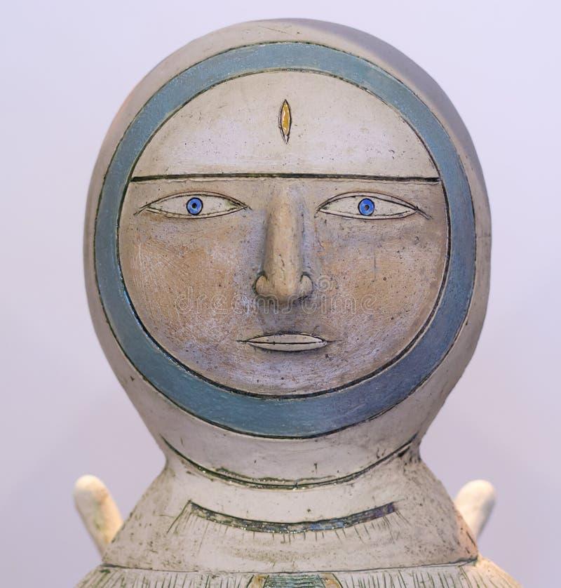Het Beeldhouwwerk van astronauteneskimo painted stone stock fotografie