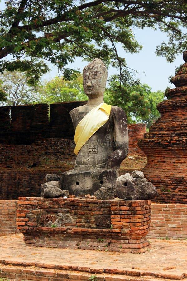 Het beeldhouwwerk van Boedha in de steen en baksteenru?nes van de historische tempel van Wat Phra Sri Sanphet Ayutthaya, Thailand royalty-vrije stock foto