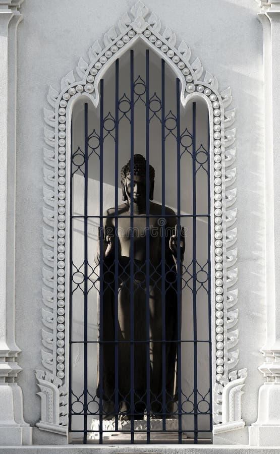 Het beeldhouwwerk van Boedha met aardig verfraait bij deur royalty-vrije stock afbeelding