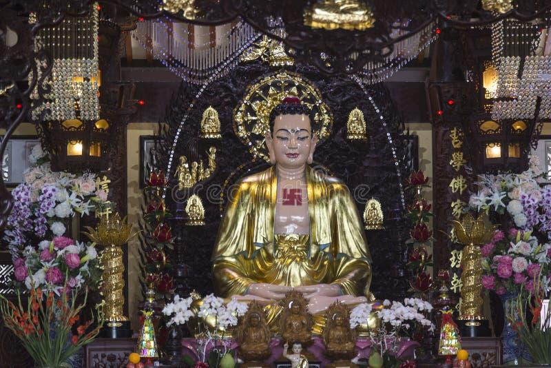 Het beeldhouwwerk van Boedha met goud wordt behandeld dat stock afbeelding