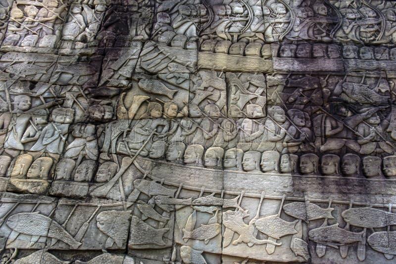 Het beeldhouwwerk van de Bashulp, olifant die in slag tussen laden stock foto