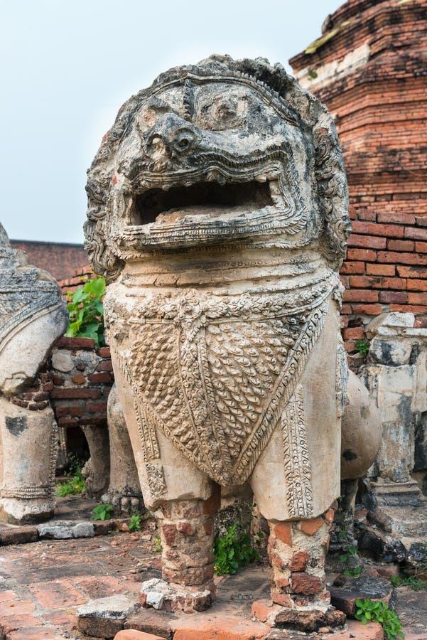 Het beeldhouwwerk van de oude, steenleeuw bij oude ruines boeddhistische tempel royalty-vrije stock foto