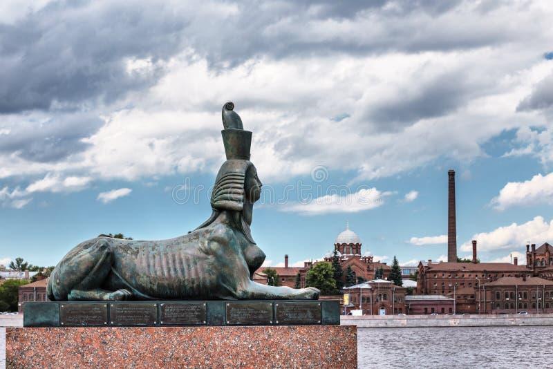 Het beeldhouwwerk van de sfinx die deel van het Monument aan slachtoffers van politieke onderdrukking uitmaakt St Petersburg stock foto's