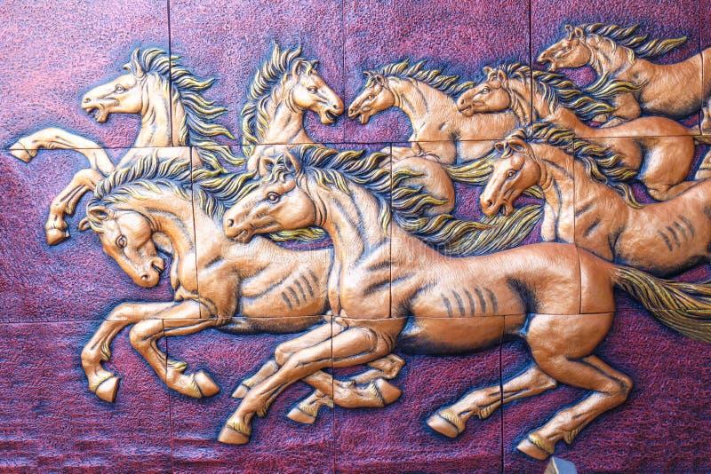 Het beeldhouwwerk van de steen van paard op muur stock afbeelding
