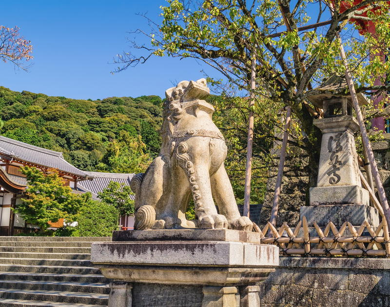 Het beeldhouwwerk van de steenleeuw dichtbij ingang aan de oude kiyomizu-Dera Boeddhistische tempel in Kyoto, Japan stock foto