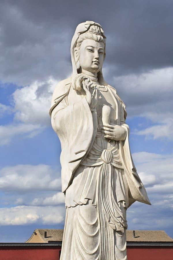 Het beeldhouwwerk van Guanying Pusa, bodhisattva associeerde met medeleven zoals die door de Aziatische Boeddhisten van het Ooste stock afbeelding