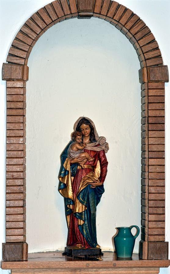Het beeldhouwwerk van heilige Mary bij kerk royalty-vrije stock afbeeldingen