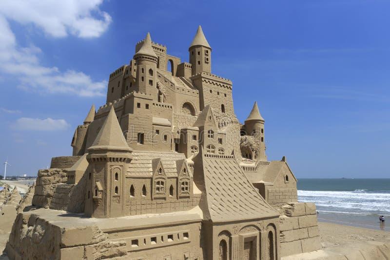 Het beeldhouwwerk van het kasteelzand bij kust stock foto