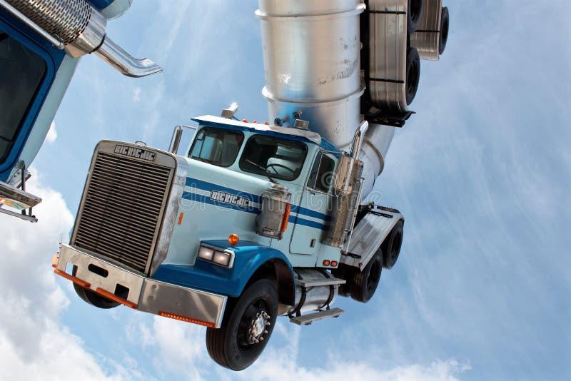 Het beeldhouwwerk van het vrachtwagenballet door Mike Ross in Banksy Dismaland stock afbeeldingen