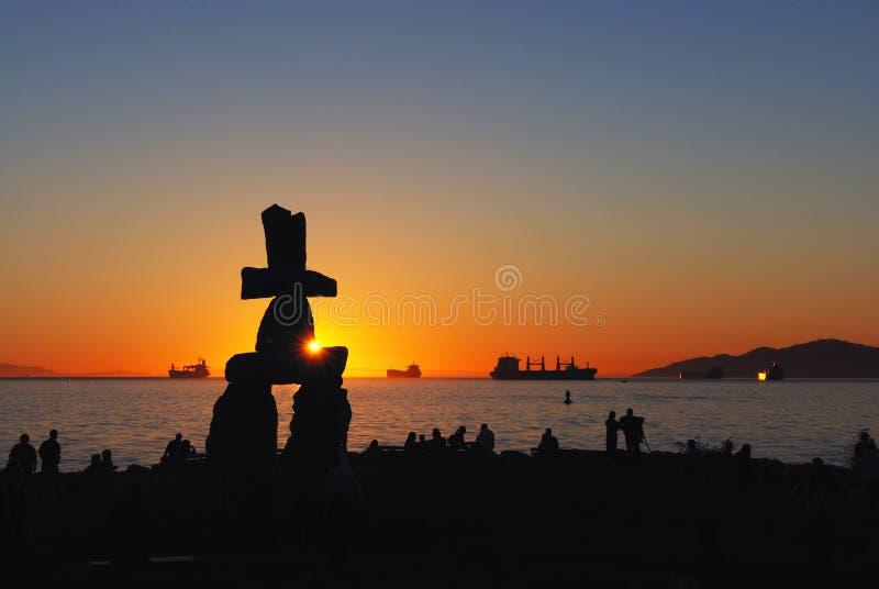 Het beeldhouwwerk van Inukshuk bij zonsondergang stock fotografie