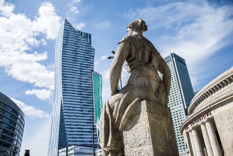 Het beeldhouwwerk van Polen Warshau van de historische klok die van de het paleistoren van de de bouwcultuur moderne wolkenkrabbe stock fotografie