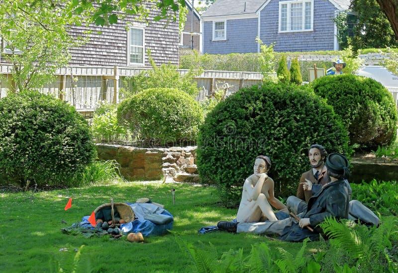Het beeldhouwwerk van Seward Johnson Monet, Middagmaal op het Gras in Hadwen-Huistuin, Nantucket, Massachusetts stock afbeeldingen