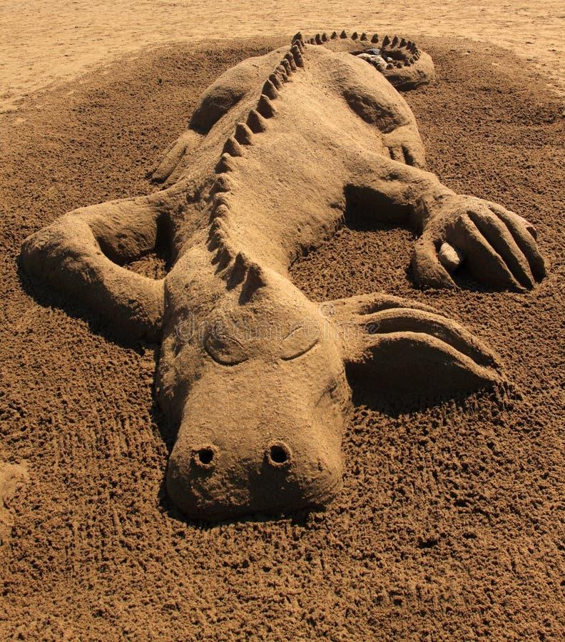 Het beeldhouwwerkdraak van het zand stock foto