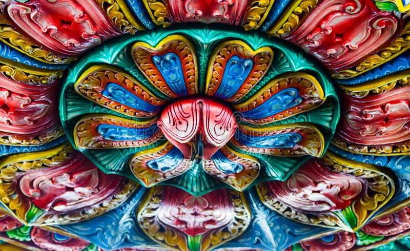 Het beeldhouwwerkkunst van de Hindoeïsmestijl op plafond royalty-vrije stock afbeeldingen