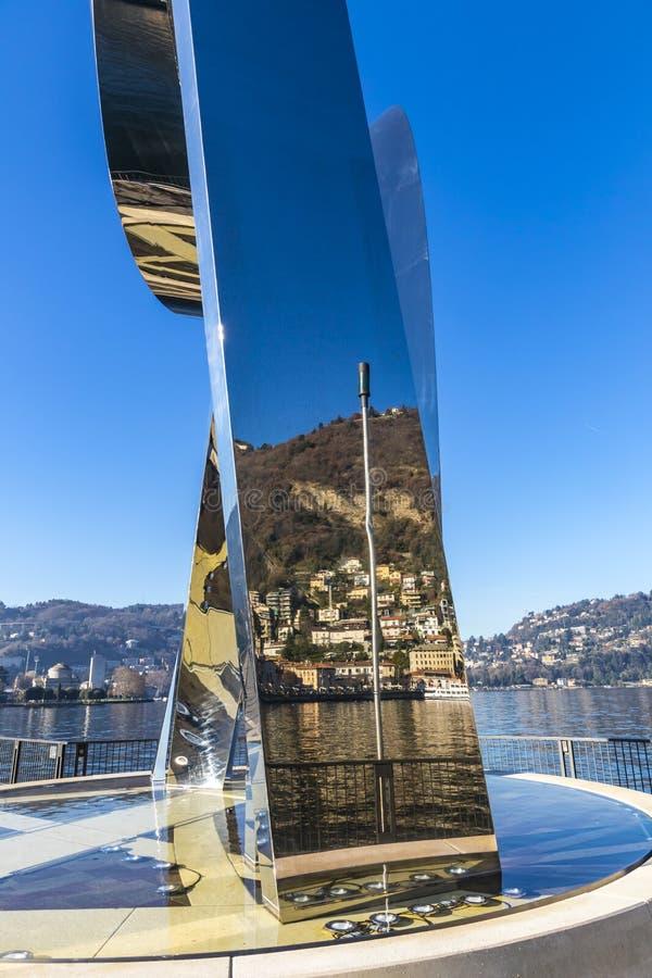 Het beeldhouwwerkleven Elektrisch op Meer Como, Como-stad, Lombardije, Italië stock foto's