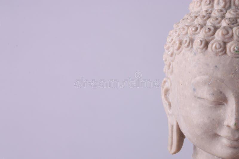 Het beeldje van Boedha op grijze achtergrond stock afbeelding
