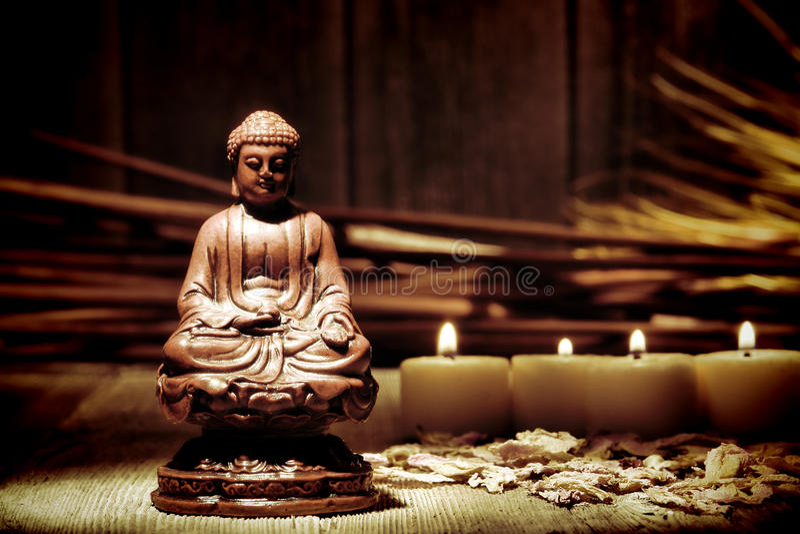 Het Beeldje van het Standbeeld van Boedha van Gautama in Boeddhistische Tempel royalty-vrije stock fotografie