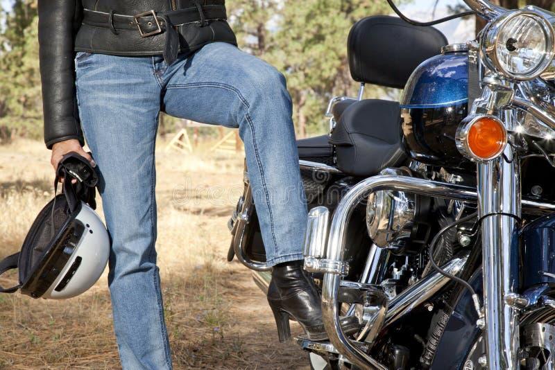 Het beenrust van de vrouw op de rust van de motorfietsvoet royalty-vrije stock foto
