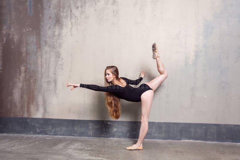 Het begaafde langharige slanke vrouw binnen dansen stock afbeeldingen