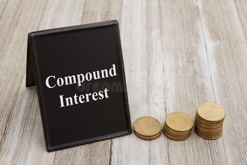 Het begrip van samengestelde interest met muntstukmuntstukken stock afbeelding