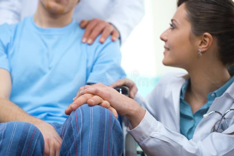 Het behandelen van een patiënt stock foto