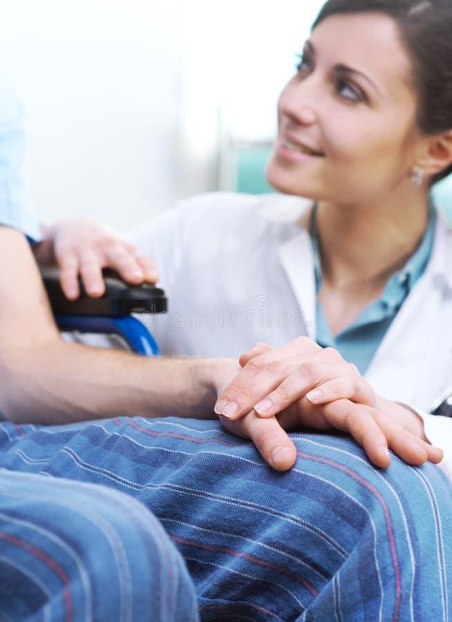 Het behandelen van een patiënt royalty-vrije stock foto