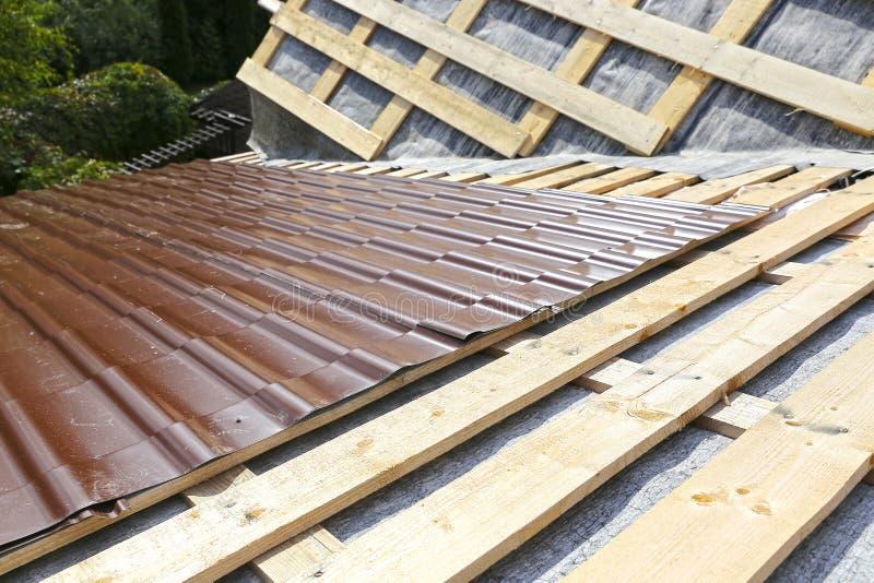 Het behandelen van het dak van een metaaltegel royalty-vrije stock afbeeldingen