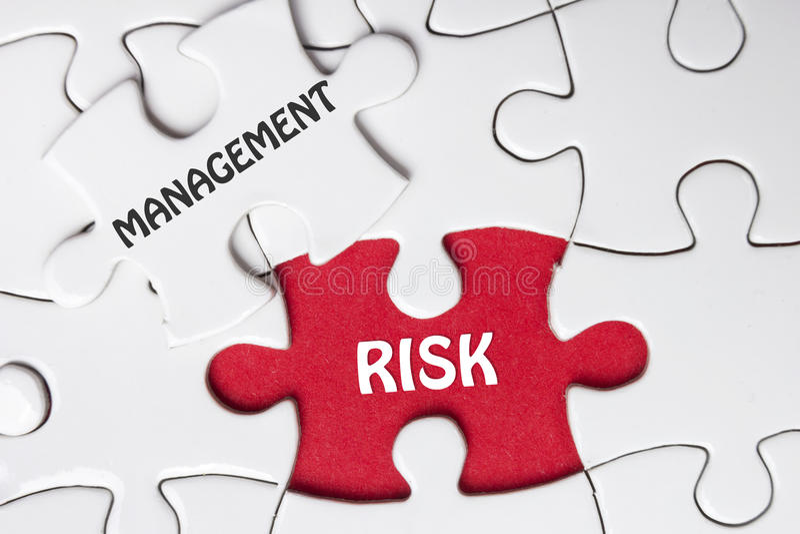 Het beheer van het risico Ontbrekende puzzelstukken met tekst stock afbeelding
