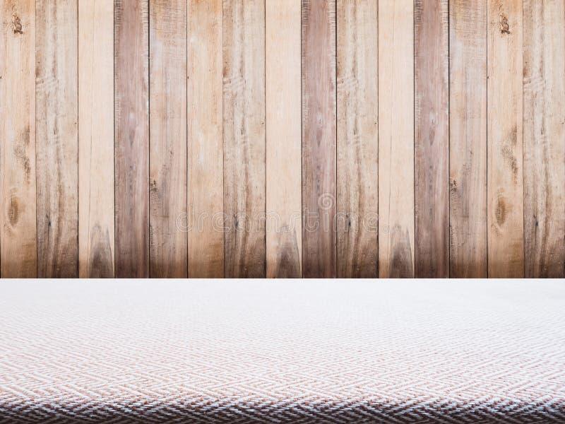 Het beige tafelkleed van de tweedstof en houten achtergrond royalty-vrije stock fotografie
