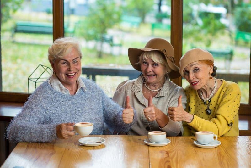 Het bejaarde dames tonen beduimelt omhoog stock foto