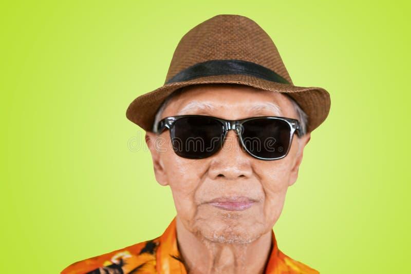 Het bejaarde draagt zonnebril op studio royalty-vrije stock fotografie
