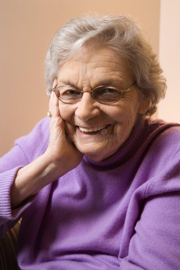 Het bejaarde Kaukasische vrouw glimlachen. stock afbeeldingen