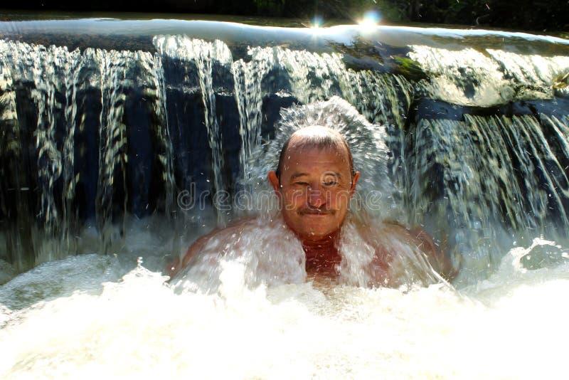 Het bejaarde in koud water Gezonde Levensstijl royalty-vrije stock afbeelding